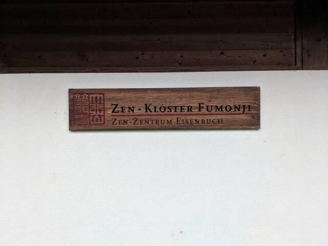Name auf Holz