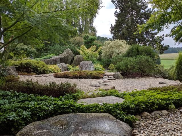 Garten mit großem Stein vorne